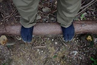 青竹踏みのような丸太の階段