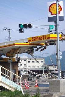 壊されたガソリンスタンドの屋根