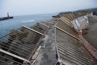 倒された防波堤の柵