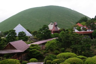 大室山を背景に、園内風景