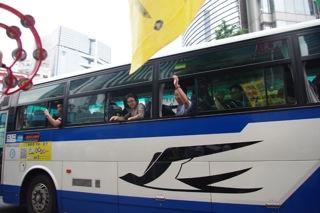 バスに乗る人々が応援